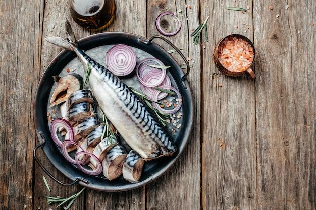 Cavala de peixe em fundo de madeira. menu do restaurante, dieta, receita do livro de receitas. lugar para texto, vista de cima