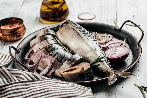 Cavala de peixe em fundo de madeira. menu do restaurante, dieta, receita do livro de receitas. vista do topo.