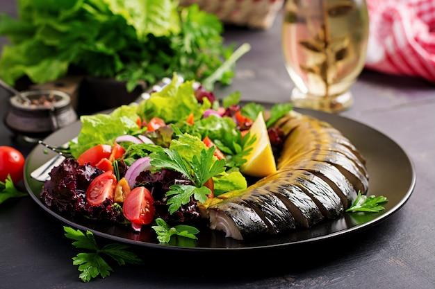 Cavala defumada e salada fresca