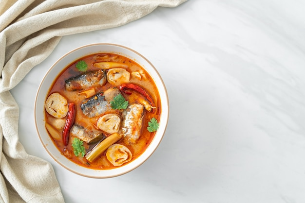Cavala em lata tom yum em sopa picante - comida asiática