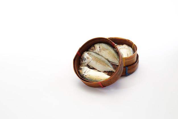 Cavala tailandesa peixe cozido no vapor na cesta
