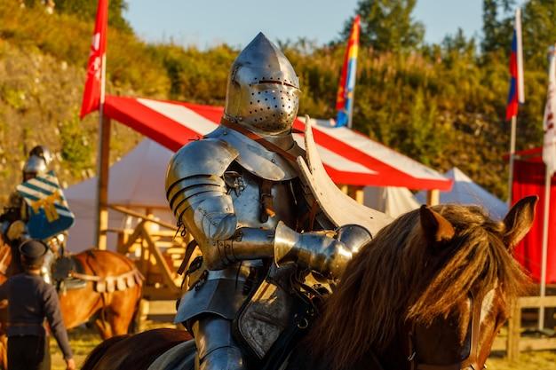 Cavaleiro com armadura medieval a cavalo. foto de alta qualidade