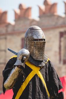 Cavaleiro com uma espada em frente a um duelo contra uma antiga fortaleza