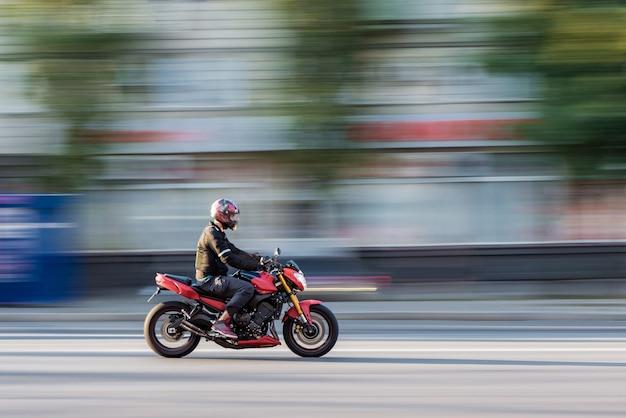 Cavaleiro de bicicleta em movimento de borrão