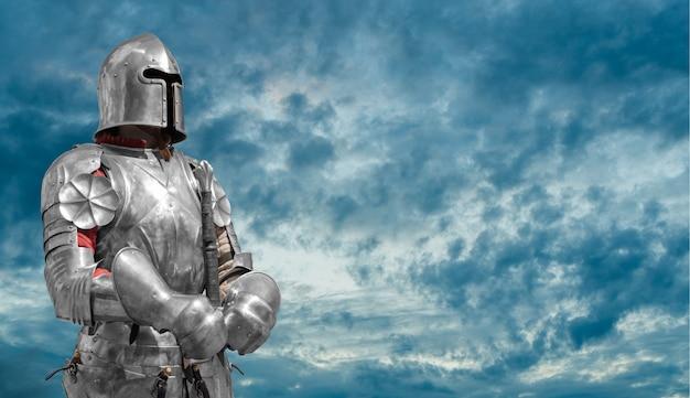 Cavaleiro de capacete e armadura de metal.