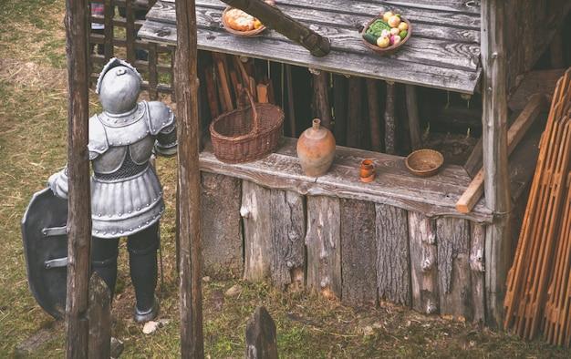Cavaleiro em uma loja de madeira em um castelo