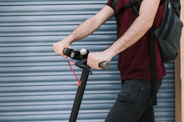 Cavaleiro lateral e-scooter ao ar livre