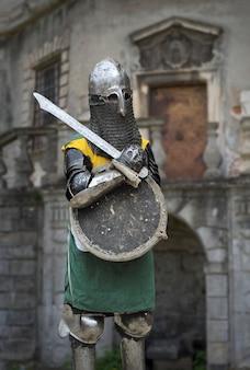 Cavaleiro medieval em armadura contra castelo