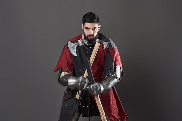 Cavaleiro medieval em cinza