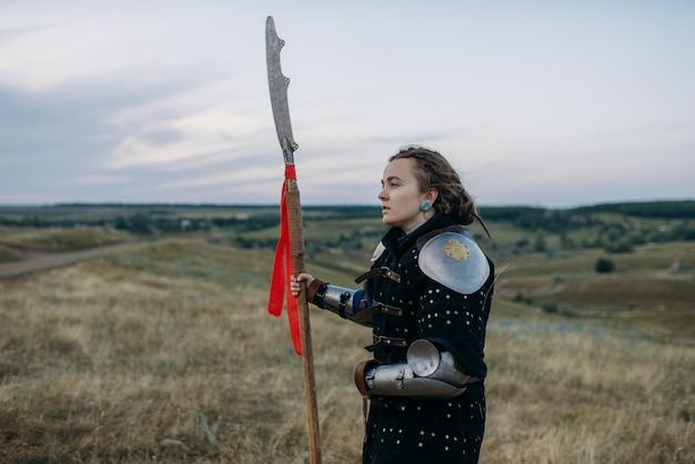 Cavaleiro medieval feminino com pose de lança na armadura, grande torneio. antigos guerreiros com armaduras posando no campo