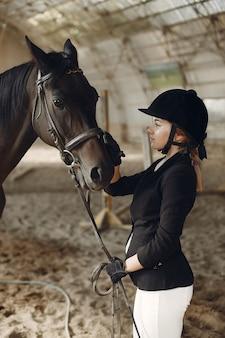 Cavaleiro treina com o cavalo