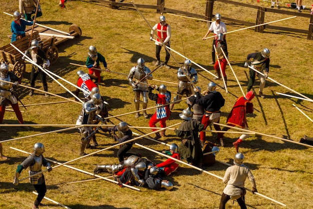 Cavaleiros com armaduras medievais lutam no torneio no verão. foto de alta qualidade