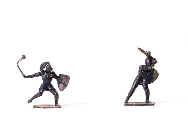 Cavaleiros negros de brinquedos antigos isolados na superfície branca