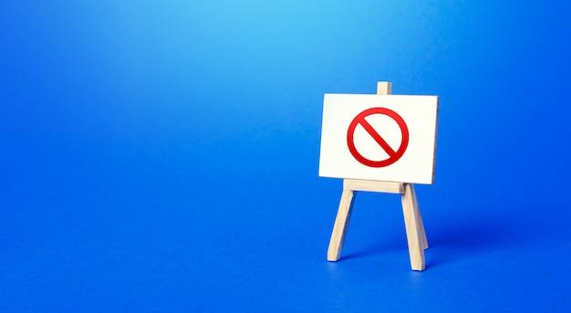 Cavalete com o sinal de proibição no. área restrita. restrições e sanções