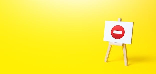 Cavalete sem símbolo de entrada. proibição de ações e operações, área restrita. banir sanções