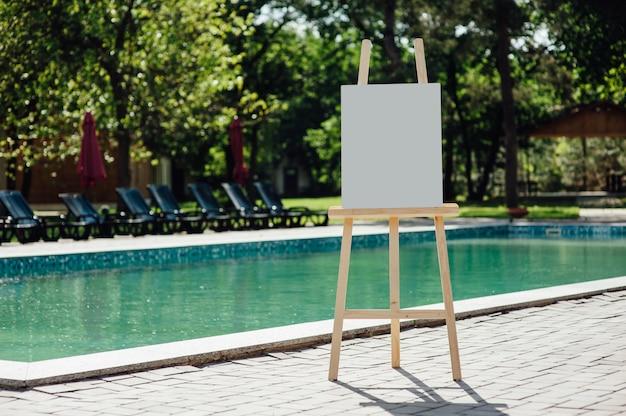 Cavalete vazio branco na piscina