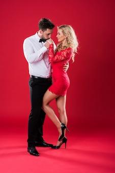 Cavalheiro beijando a mão da namorada