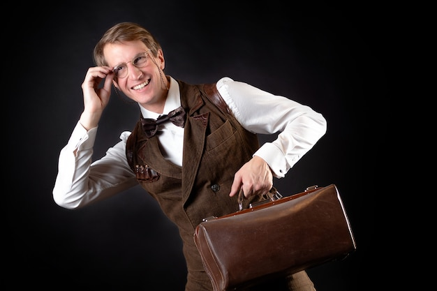 Cavalheiro inteligente sorridente no estilo retro vintage vitoriano