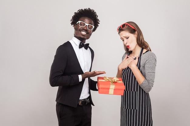 Cavalier dá um presente para o amigo de são valentim. foto do estúdio, fundo cinza