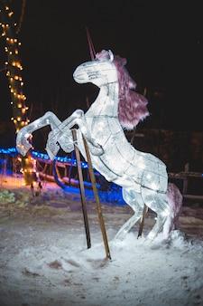 Cavalo branco empinado decoração de natal durante a noite