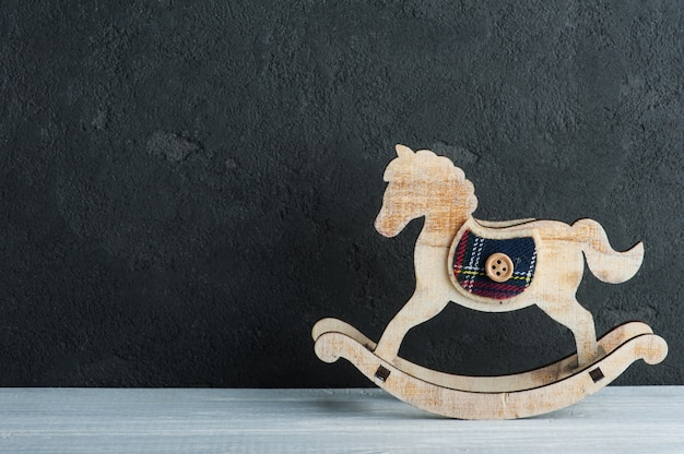 Cavalo de balanço vintage ao lado do quadro negro