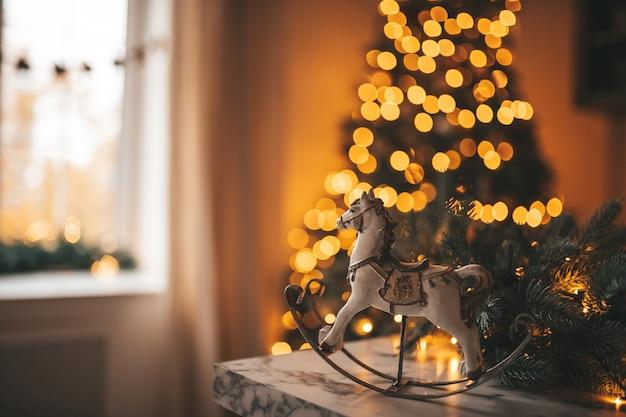 Cavalo de brinquedo decorativo em atmosfera festiva de natal