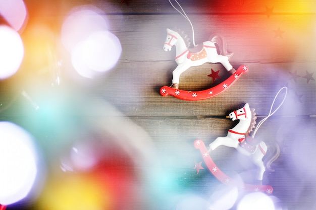 Cavalo de brinquedo vintage com luzes de natal