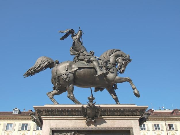 Cavalo de bronze na piazza san carlo, torino Foto Premium
