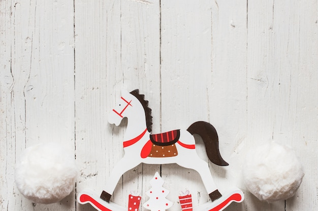 Cavalo de madeira com grandes bolas de neve para o natal