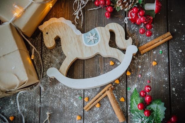Cavalo de madeira em cima da mesa de natal
