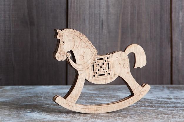 Cavalo de madeira no fundo marrom