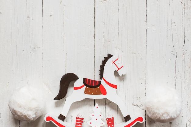Cavalo de madeira vintage para decorações de natal
