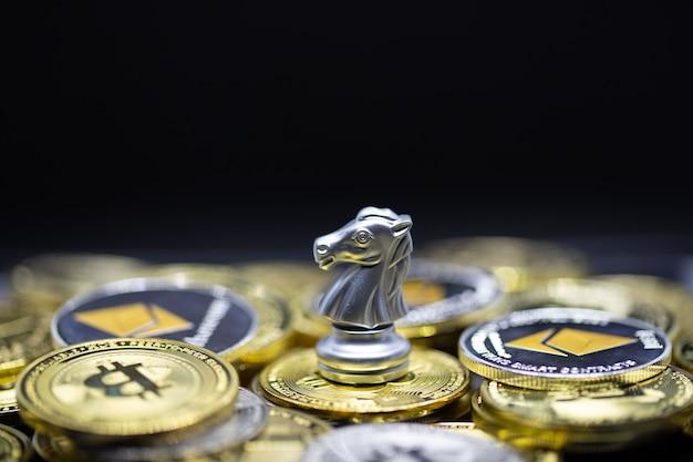 Cavalo de prata na moeda criptográfica é um pagamento conveniente no mercado econômico, a forma moderna de troca no futuro próximo para o conceito de comércio de investimento financeiro no fundo do tabuleiro de xadrez.