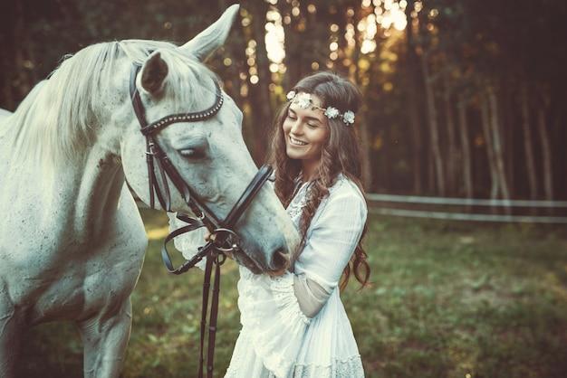 Cavalo e mulher jovem e bonita