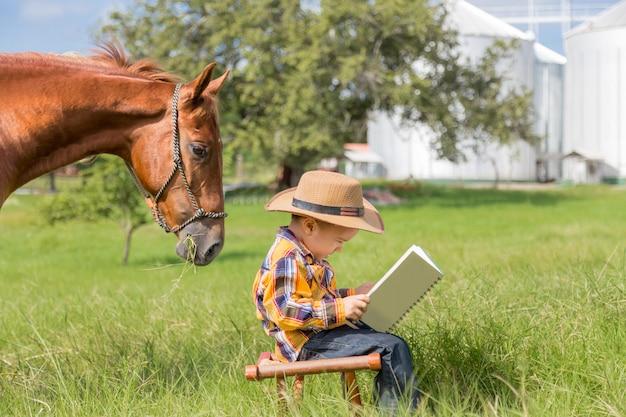 Cavalo, lendo um livro com a criança