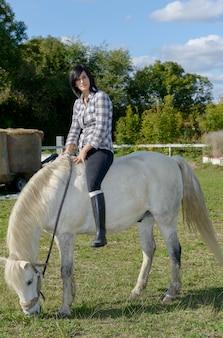 Cavalo moreno bonito novo da mulher