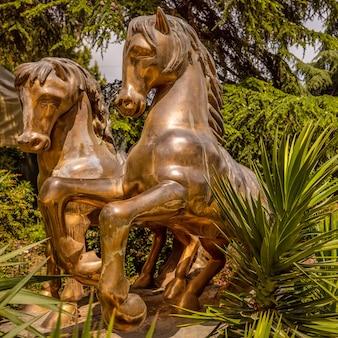 Cavalos dourados no aivazovsky park paradise landscape park partenit crimea