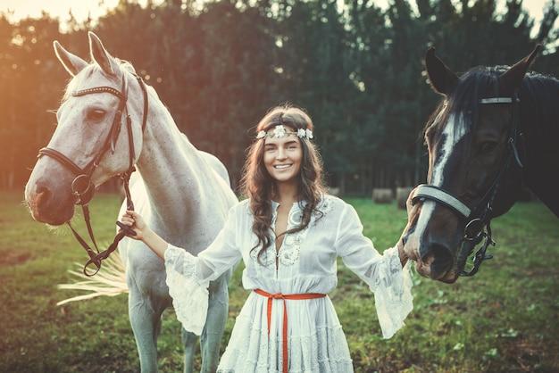 Cavalos e mulher jovem e bonita