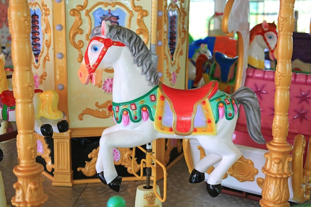 Cavalos em um carnaval merry go round