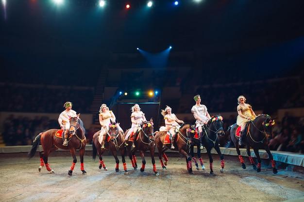 Cavalos no circo. cavalos do discurso com instrutores no palco do circo.