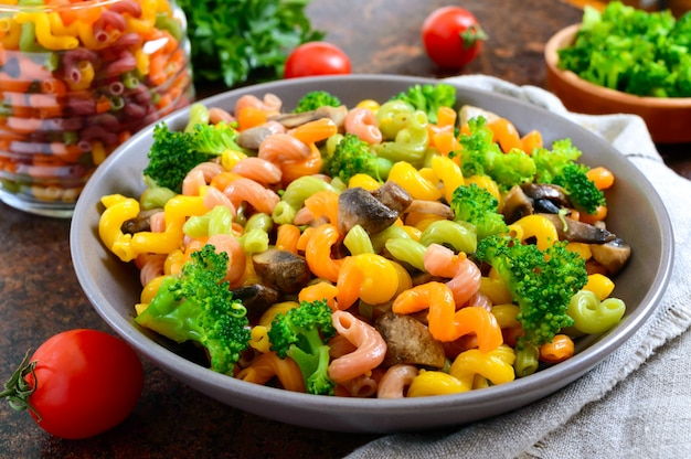 Cavatappi colorido macarrão com brócolis e cogumelos. macarrão colorido. macarrão com legumes.