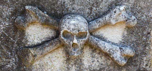 Caveira e ossos, cemitério em buje, croácia