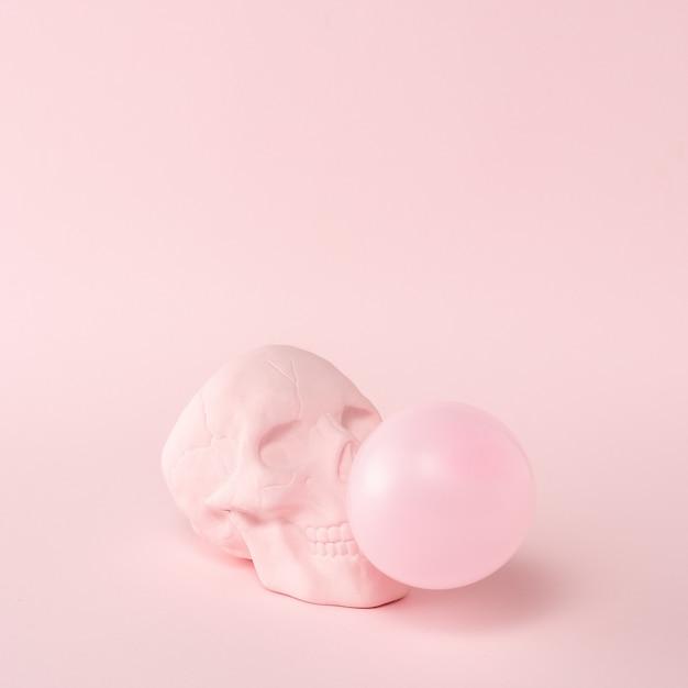 Caveira rosa com chiclete rosa