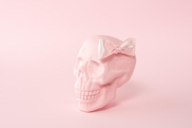 Caveira rosa com laço rosa em rosa