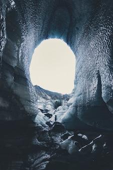 Caverna com neve durante o dia