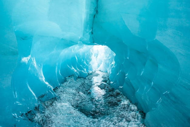 Caverna de gelo de cristal azul na geleira solheimajokull