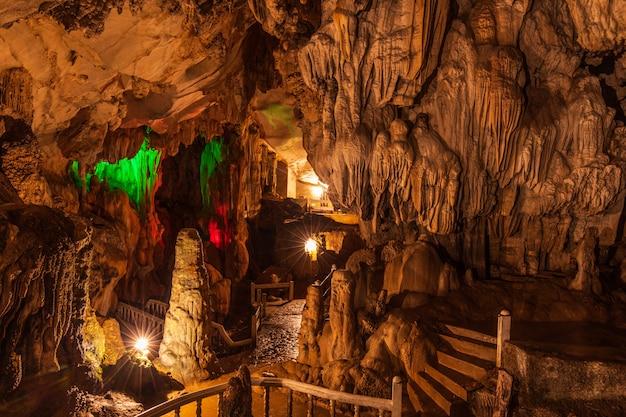 Caverna de jang, caverna bonita em vangveang, laos.