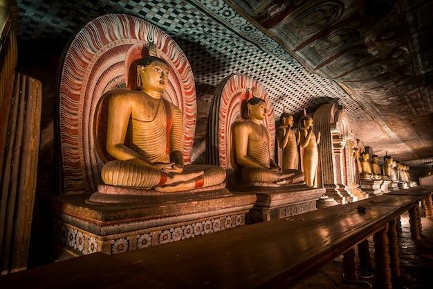 Caverna do antigo templo dambulla no sri lanka
