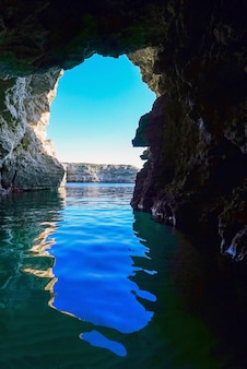 Caverna do mar na rocha com vista para o mar.