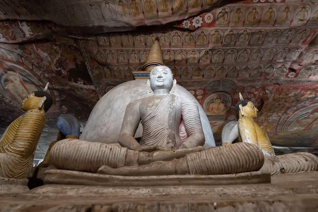 Caverna real do sri lanka dambulla e locais dourados do patrimônio mundial da unesco do templo lugar famoso para turistas no centro do sri lanka